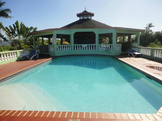 Hidden Paradise Resort Hotel: Large clean swimming pool and view of breakfast dining area