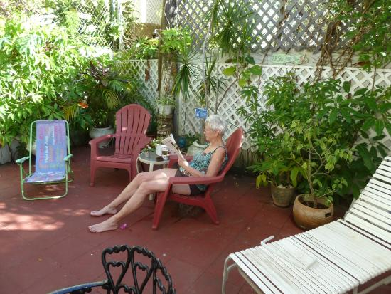 Coqui del Mar Guest House: Relaxing on the patio