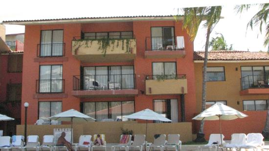 Holiday Inn Resort Ixtapa : These are the different types of balcony's. - Good luck if you request one.