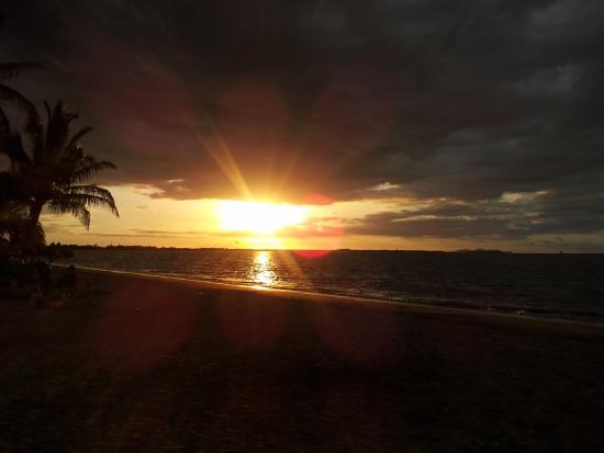 Travellers Beach Resort : beautiful sunset at hostel