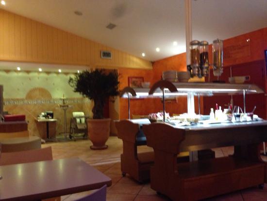 Kyriad Nîmes Ouest : Salle du petit déjeuner. Buffet a volonté.