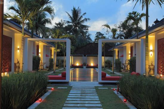 Rouge Villas & Spa: property ground