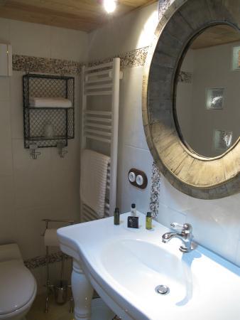 Maison d'hotes Anjali: Salle de bain de la chambre Le Poulailler