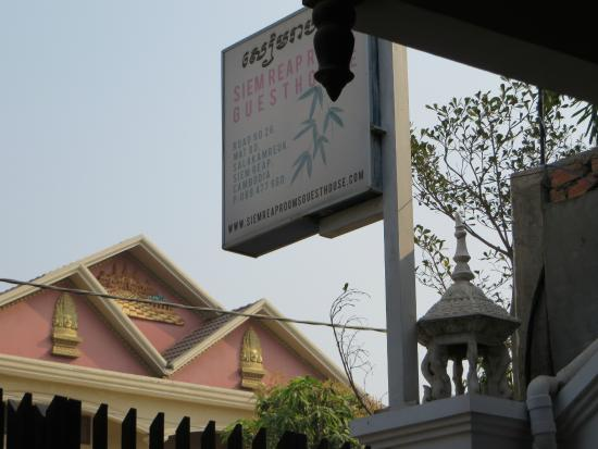 Siem Reap Rooms Guesthouse: sign out front