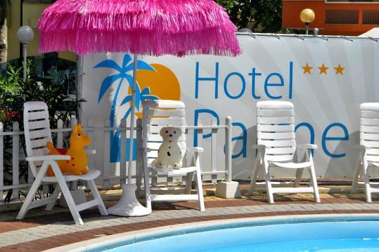 Hotel Palme: Piscina, lettini e giochi