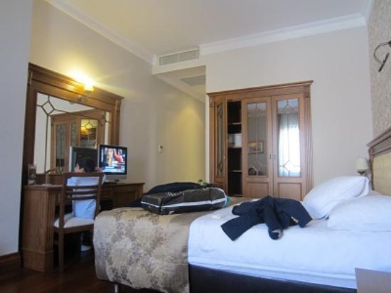 Acra Hotel: Hotel room