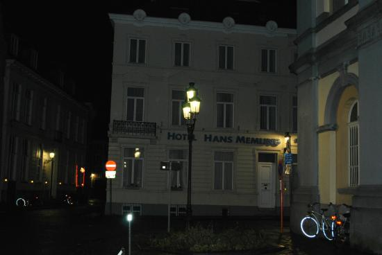 Hans Memling Hotel: hotel at night