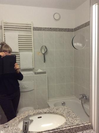 Hotel Koenigshof : Ванна отделена прозрачным защитным экраном(повернут к стене)