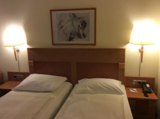 Hotel Koenigshof : 2 кровати,сдвинутые вместе