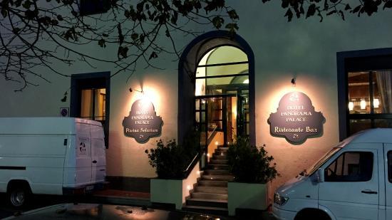 Panorama Palace Hotel: Abendlich beleuchteter Hoteleingang