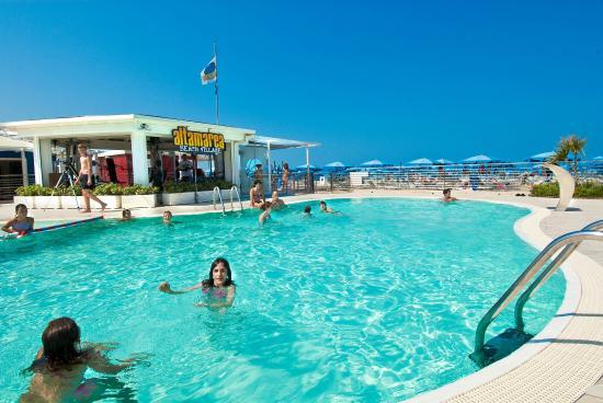 Grande piscina con acqua salata e riscaldata foto di altamarea beach village cattolica - Piscina con acqua salata ...