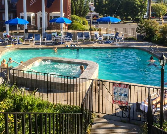 Nice outdoor pool picture of holiday inn express grants pass grants pass tripadvisor for Nice hotels with swimming pool