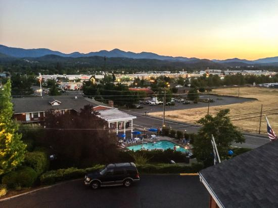 Holiday Inn Express Grants Pass: Sunset from the Room