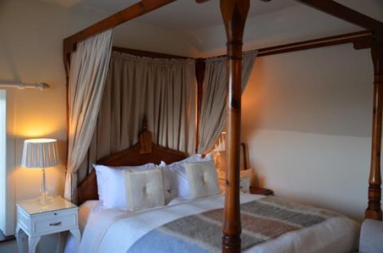 Coruisk House: le lit à baldaquin