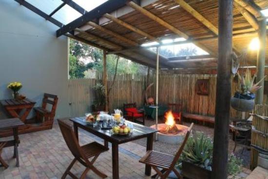 Loerie Guest Lodge: Outside braai area