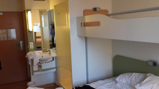 lavabo dans la chambre douche s par e fotograf a de ibis budget issy les moulineaux issy les. Black Bedroom Furniture Sets. Home Design Ideas
