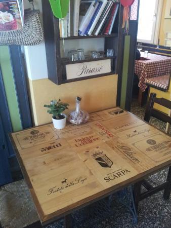 Simpatico piano di un tavolino realizzato con il legno di recupero delle cassette dei vini - Tavolo con cassette di legno ...