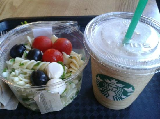 Starbucks: Ensalada y café frapuccino