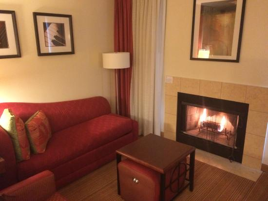 Residence Inn Tempe : Living room with fire place