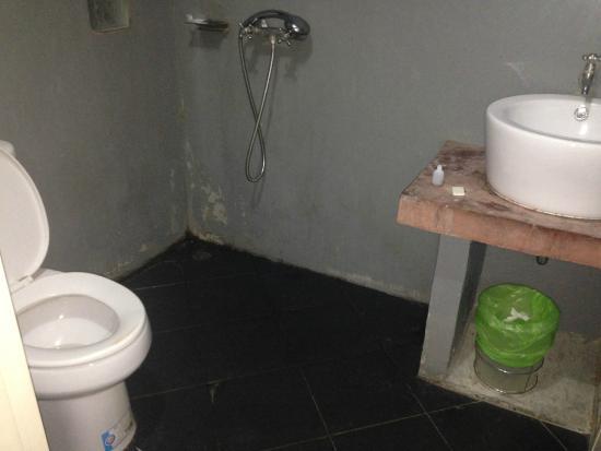 The Loft Samui: salle de bain sale et décrépie
