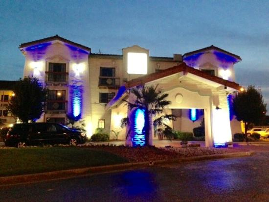 Budgetel Inn & Suites: At Night