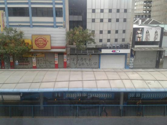 Oft Place Hotel: Foto da frente do hotel, tirada da janela do quarto. Essa estrutura na rua é do terminal de ônib