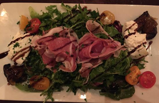 Placitas, Нью-Мексико: Arugula, Fig, Prosciutto and Burrata Salad