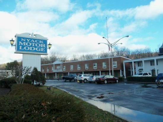 Nyack Motor Lodge: Exterior