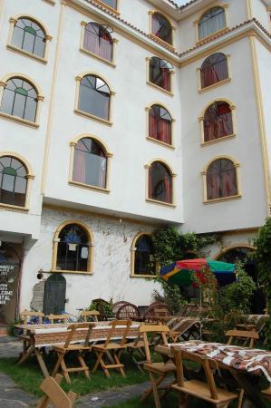 Hostal Colonial del Lago: Jardines y mesas del restaurante, Hostal Colonial, Copacabana