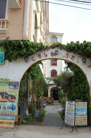 Hostal Colonial del Lago: Entrada a Hotel y restaurante por Av. 6 de agosto