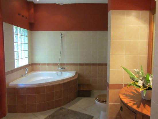 Vanga Guest House: VOLCANO bathroom