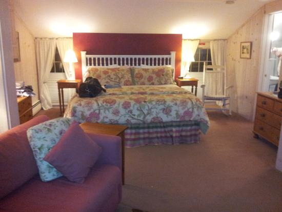 Deerhill Inn : White Pine Suite -- super comfy kind bed!