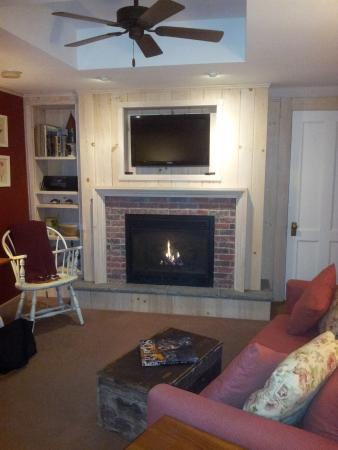 Deerhill Inn : White Pine Suite - another shot of fireplace