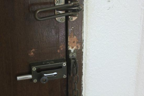 Dynasty Inn: door lock