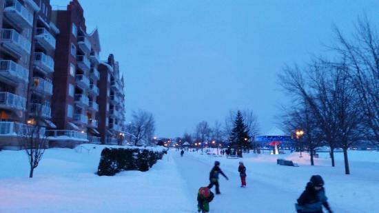 Hotel & Spa Etoile-sur-le-Lac: La patinoire devant l'hôtel