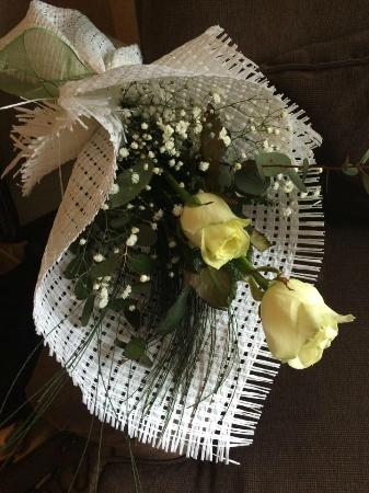 NG Sapanca Wellness & Convention: Personal Wish: Two White Roses As A Bouquet