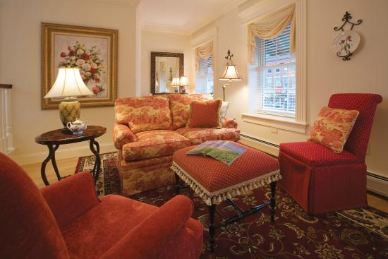 Belfast Bay Inn: Comfortable sitting areas in every suite.