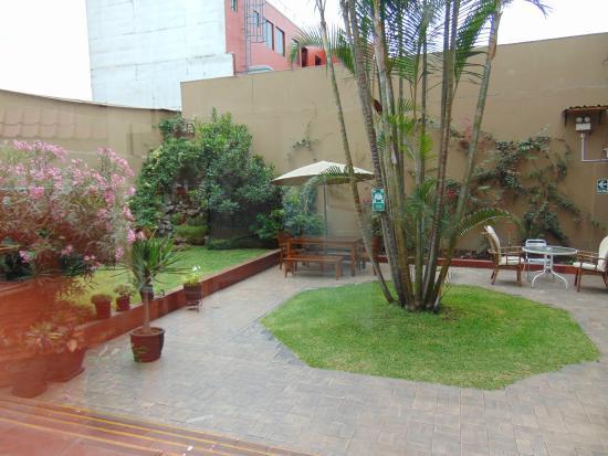 Hotel San Antonio Abad: Courtyard Near Breakfast Room with tables