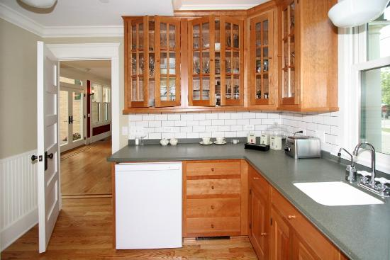 Barrington House Bed & Breakfast: Complimentary refreshments are available in the Butler's Pantry.