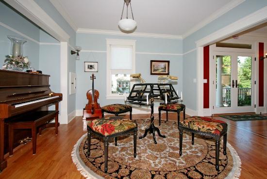 Barrington House Bed & Breakfast: Music Room