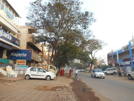 Hotel Krishna Palace: hotel is on this street (photo early morning)