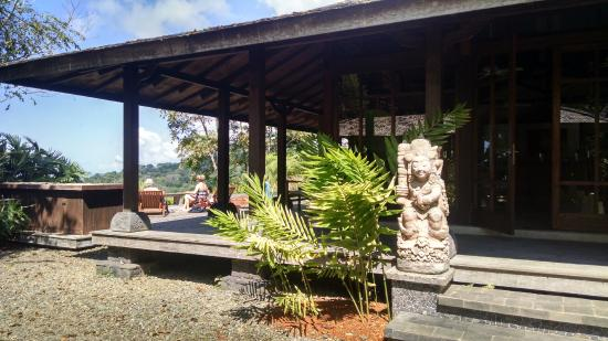 Manu Yoga Retreats: Porch & view of outdoor deck/patio