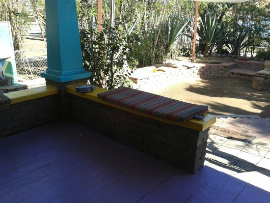 HI Phoenix - The Metcalf House: Seating area by front entrance door.