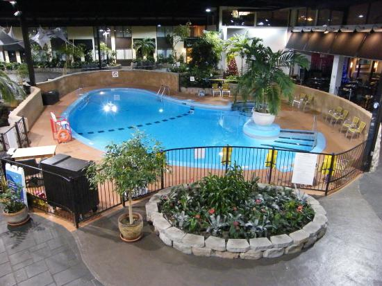 Piscine int rieure fotograf a de holiday inn montreal for Hotel montreal piscine