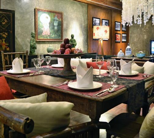 Kei Villas: Warm Dining Room