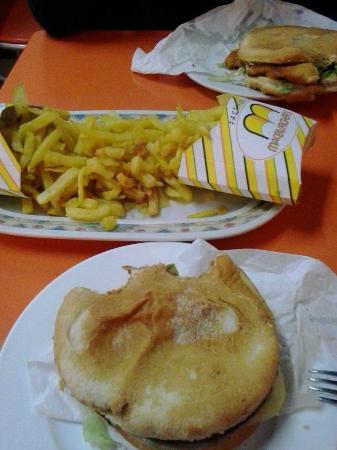 Mc Burger: Una completa, una de pollo y dos raciones de patatas.