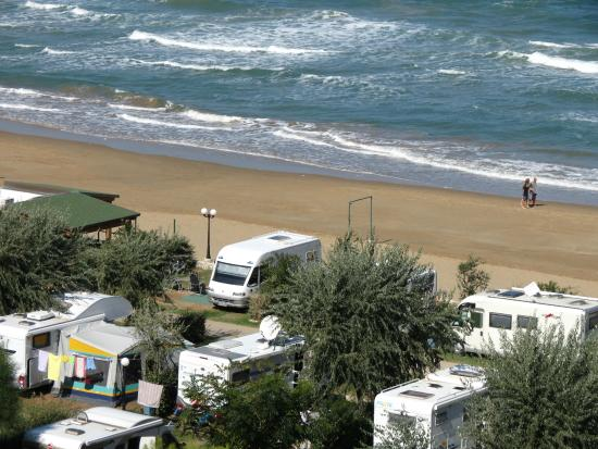 campingplatz direkt am strand der baia san nicola bild. Black Bedroom Furniture Sets. Home Design Ideas