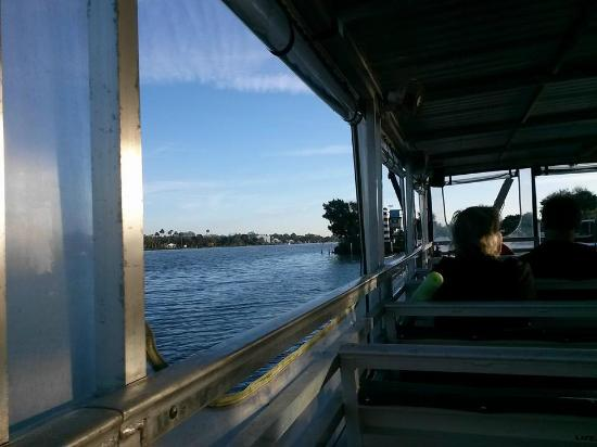 Homosassa Riverside Resort: The boat ride out to the manatees Captain Dave