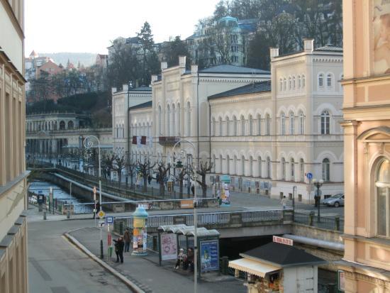 Hotel Ruze Karlovy Vary: Вид из окна номера налево