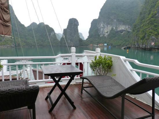 la terrasse quip e de deux chaises longues et d 39 une table